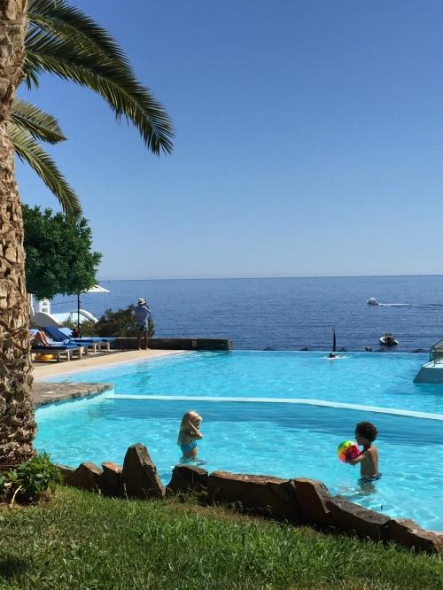 Vue mer depuis la piscine, Saint Nicolas Bay à Agios Nikolaos en Crète.